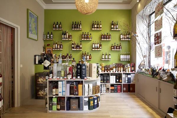 + de 150 références de whiskies blend et malts de tous les continents, cognacs, armagnacs, rhums, vodka, téquila, cachaça,...